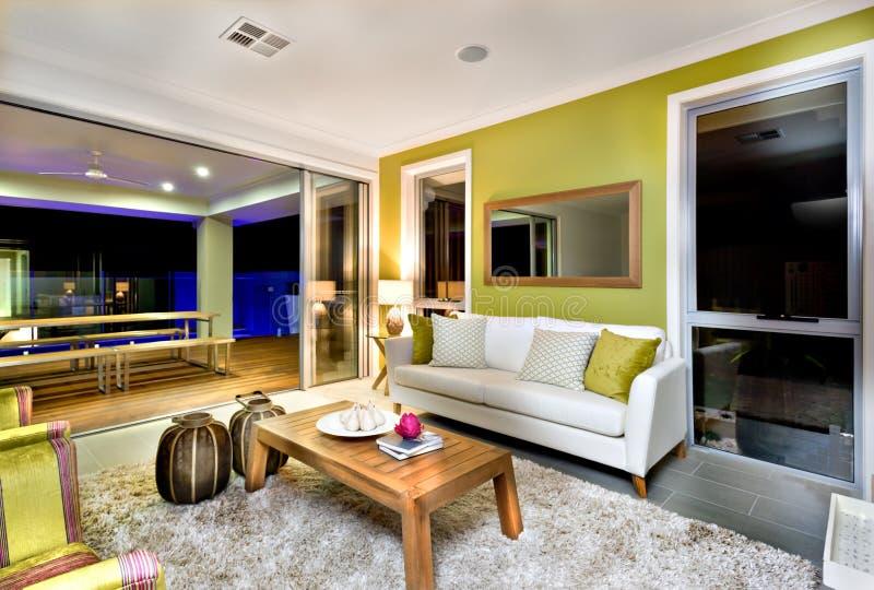 Interior lujoso de la sala de estar con los sofás y las decoraciones de la suposición imagenes de archivo