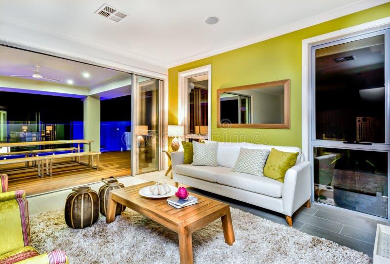 Interior lujoso de la sala de estar con los sof?s y las decoraciones de la suposici?n imagen de archivo libre de regalías
