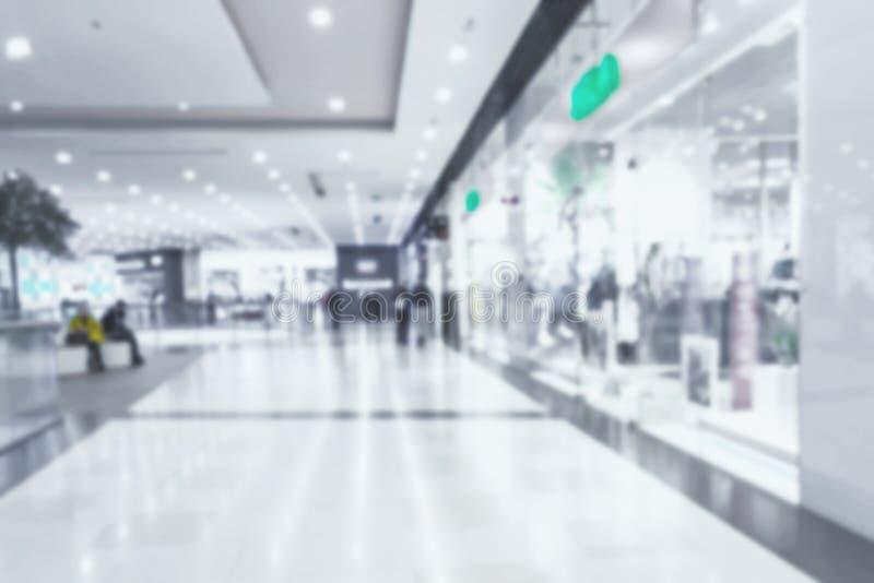 Interior luxuoso bonito do shopping do borr?o abstrato e da loja de retalhos para o fundo imagens de stock royalty free