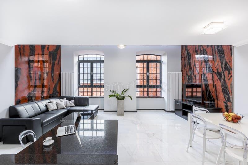 Interior luxuoso, branco do apartamento do sótão fotos de stock royalty free