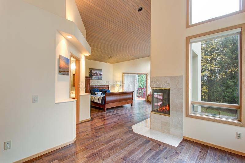 Interior luxuoso da casa com planta baixa aberta imagens de stock