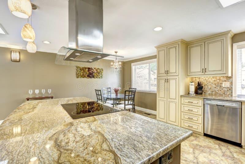 Interior luxuoso da cozinha na cor bege clara imagem de stock royalty free