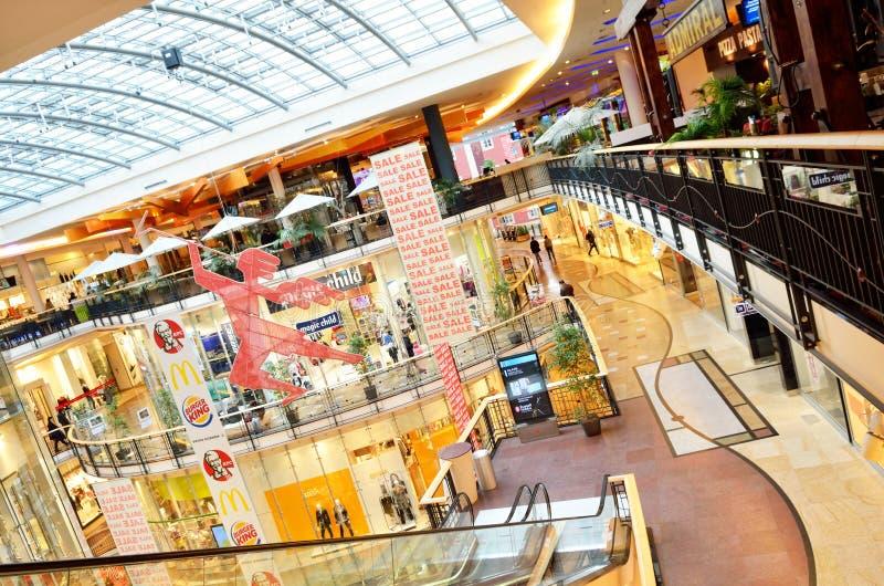 Interior luxuoso do centro comercial na cidade de Praga foto de stock