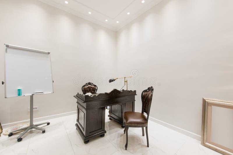 Interior luxuoso do escritório do doutor imagens de stock royalty free