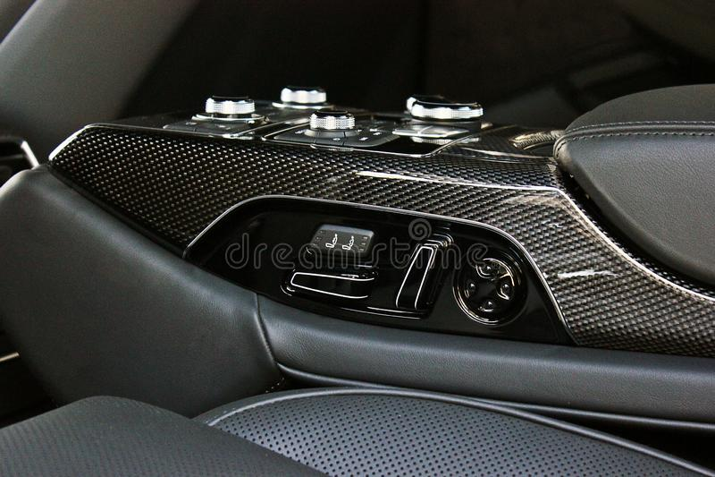 Interior luxuoso escuro do carro ajustar Detalhe interior imagem de stock