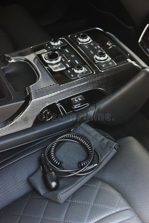 Interior luxuoso escuro do carro ajustar Karbon fotografia de stock