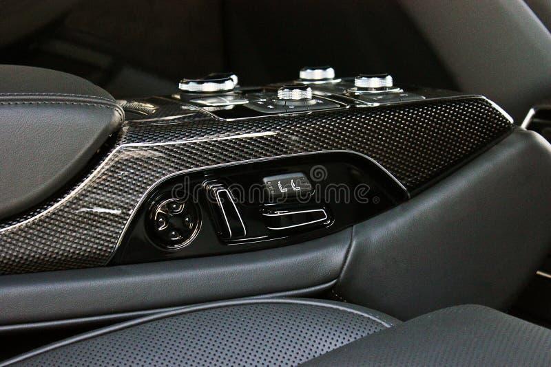 Interior luxuoso escuro do carro Karbon Detalhe interior foto de stock