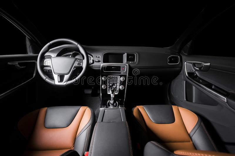 Interior luxuoso moderno do carro do prestígio, painel, dirigindo whee imagem de stock royalty free