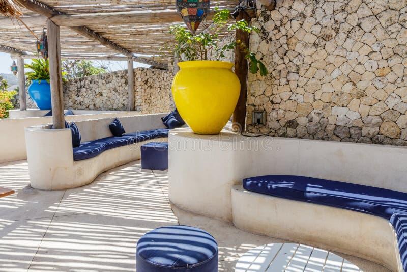 Interior mediterráneo del estilo en los colores blancos y azules con el techo rústico de la ramita fotografía de archivo libre de regalías