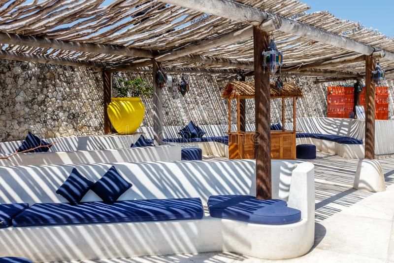 Interior mediterráneo del estilo en los colores blancos y azules con el techo rústico de la ramita fotos de archivo libres de regalías