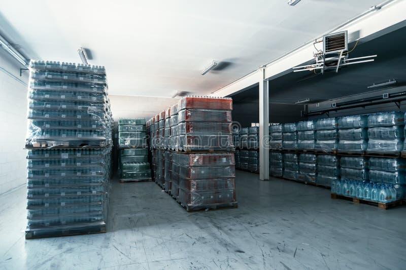 Interior interior, mercancías y cargo del almacén moderno en almacenamiento semivacío o almacén imágenes de archivo libres de regalías