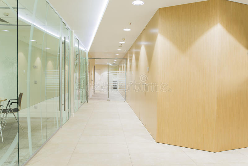 Interior minimalistic brilhante do escritório foto de stock royalty free