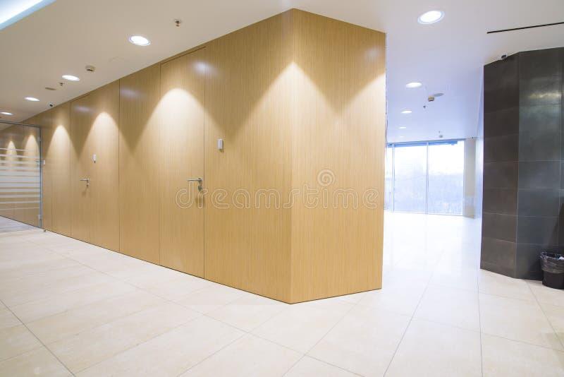 Interior minimalistic brilhante do escritório fotografia de stock