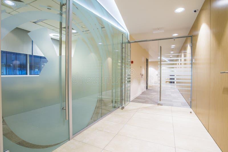 Interior minimalistic brilhante do escritório imagens de stock