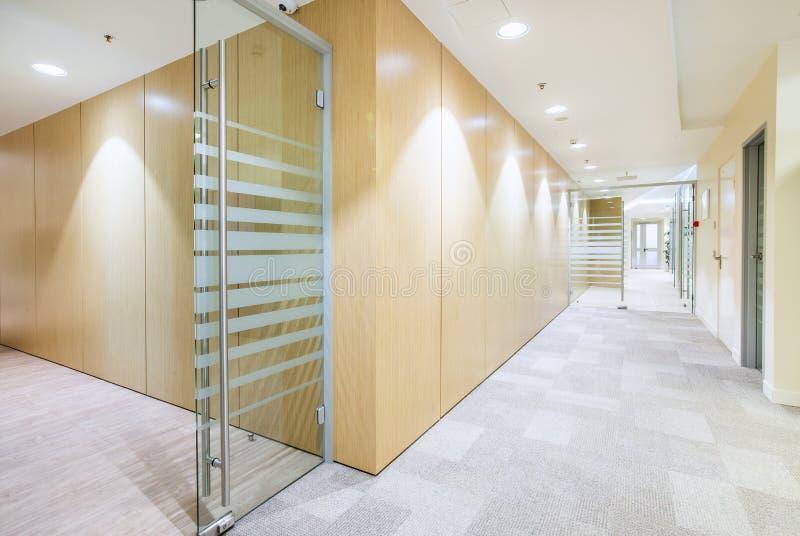 Interior minimalistic do escritório brilhante moderno fotografia de stock royalty free