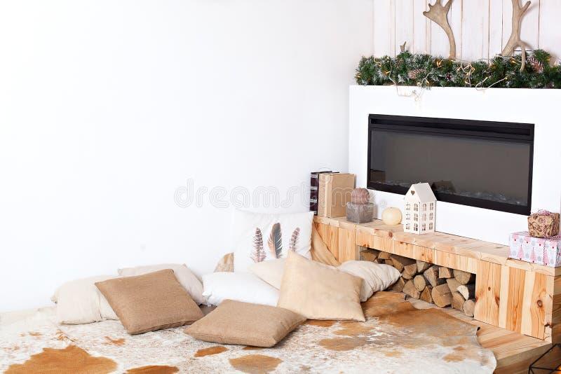 Interior minimalistic escandinavo do Natal à moda com um sofá elegante Casa do conforto Casa de campo moderna interior com de mad fotos de stock royalty free
