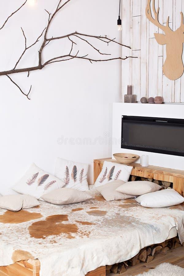 Interior minimalistic escandinavo do Natal à moda com um sofá elegante Casa do conforto Casa de campo moderna interior com de mad imagens de stock royalty free