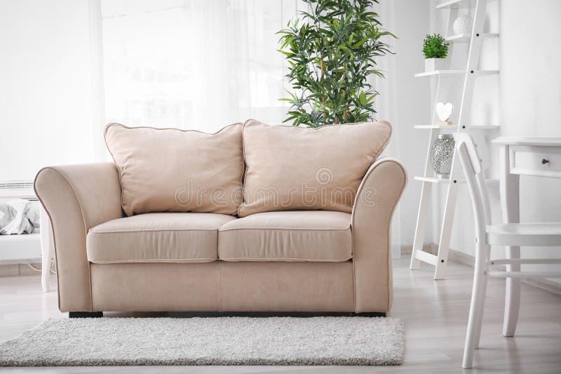 Interior ? moda da sala de visitas com sof? confort?vel fotos de stock royalty free