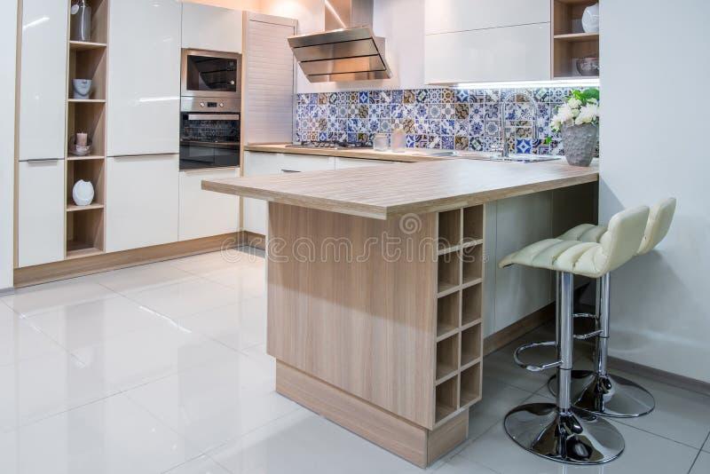 interior moderno acogedor de la cocina foto de archivo