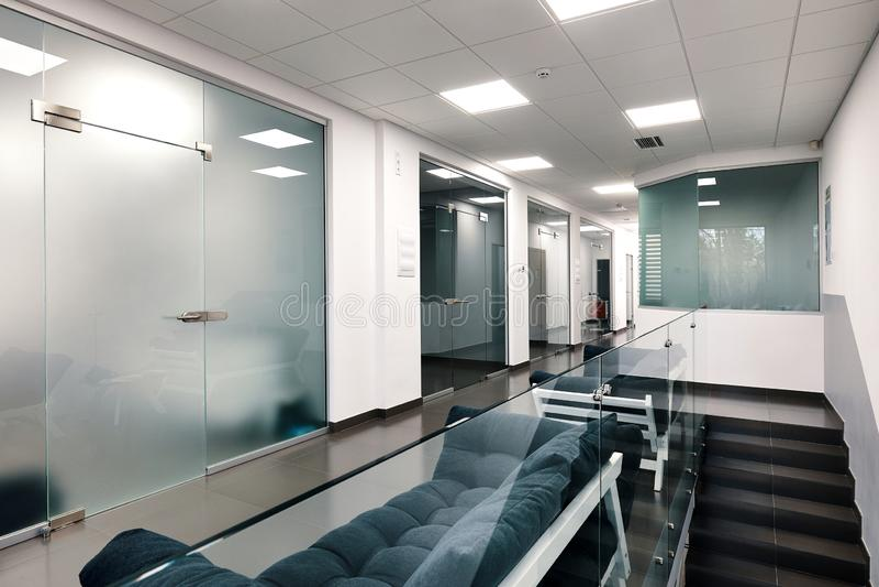 Interior moderno bonito do escrit?rio com uma porta de vidro fotografia de stock royalty free