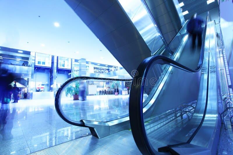 Interior moderno com escada rolante fotografia de stock
