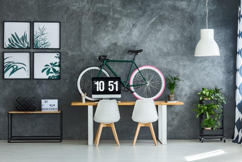 Interior moderno con los carteles brillantes imagen de archivo libre de regalías