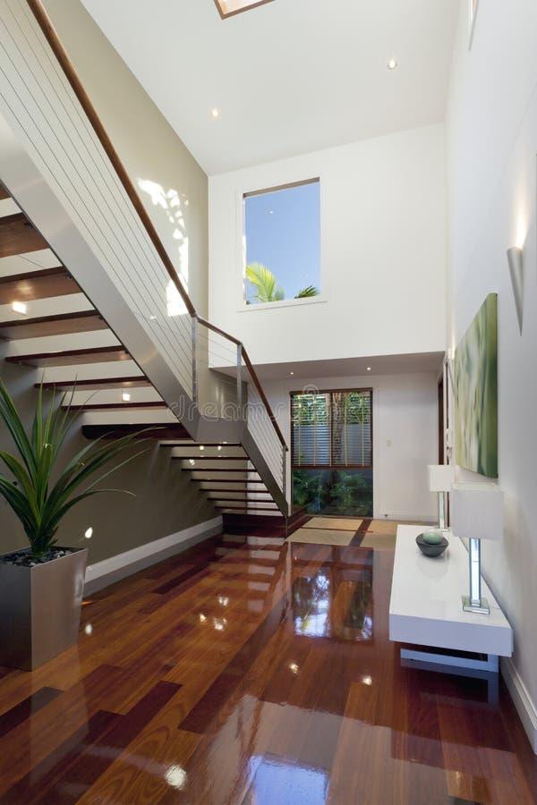 Interior moderno da casa com escadaria fotos de stock royalty free