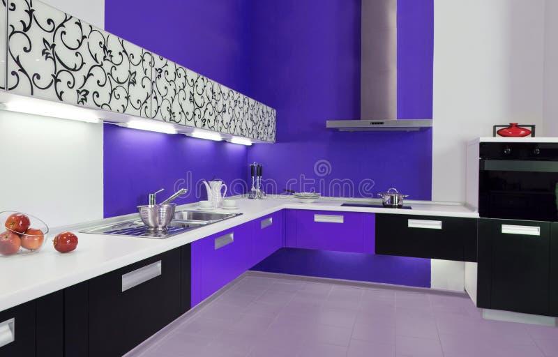 Interior moderno da cozinha branca azul imagens de stock royalty free