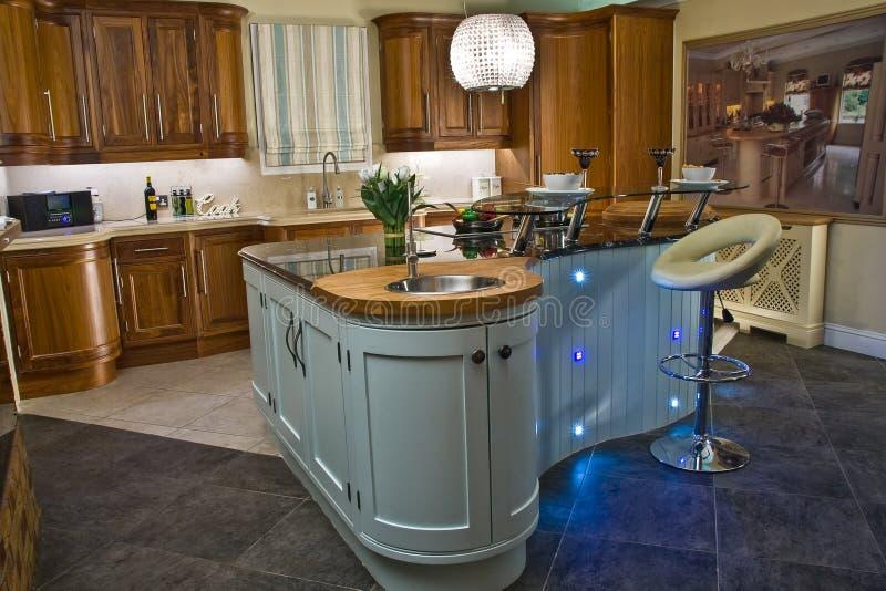 Interior moderno da cozinha da casa com ilha bonita fotografia de stock