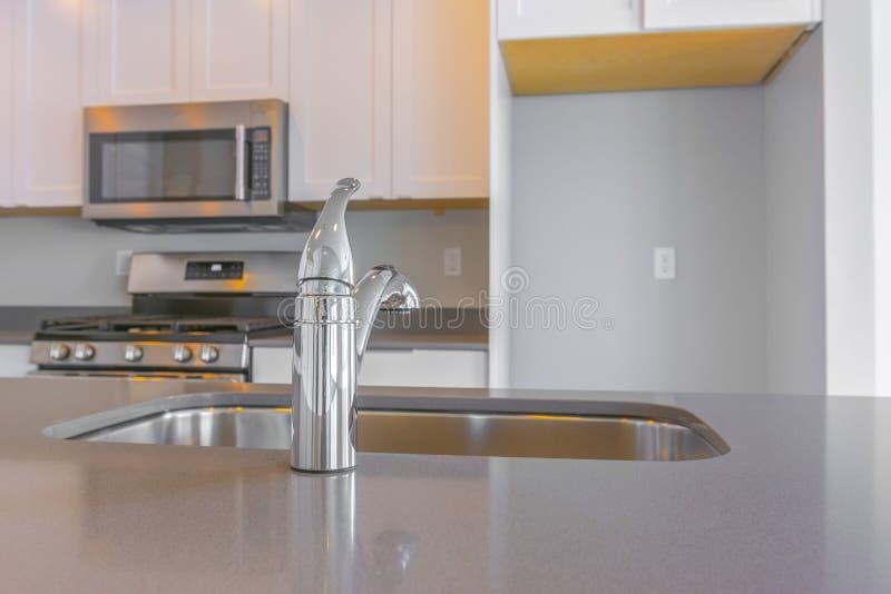 Interior moderno da cozinha com fim acima no torneira e no dissipador brilhantes fotos de stock royalty free