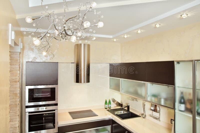 Interior moderno da cozinha em tons mornos fotografia de stock