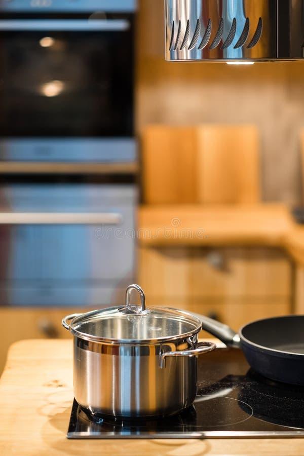 Interior moderno da cozinha na madeira brilhante fotografia de stock