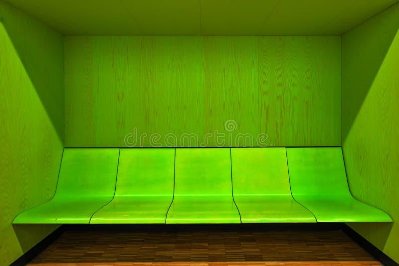 Interior moderno da sala de espera com lugares vazios imagens de stock