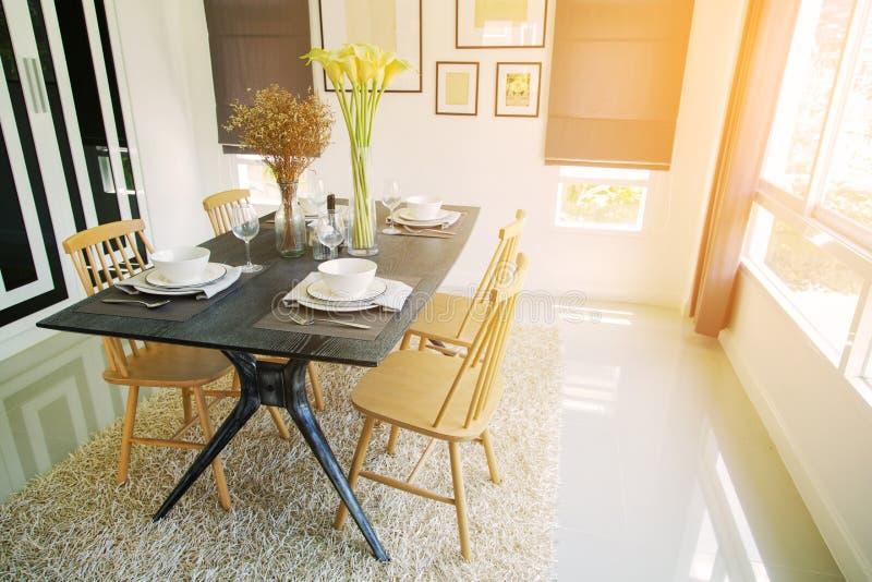 Interior moderno da sala de jantar com luz morna do sol Relaxe o dia na sala de jantar no dia livre e na nenhuma atividade fotografia de stock