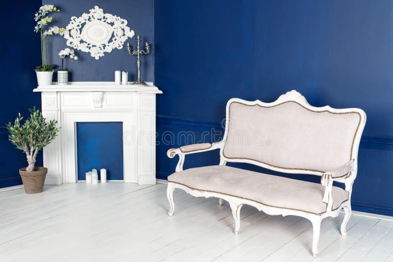 Interior moderno da sala de visitas com chaminé falsificada imagem de stock royalty free