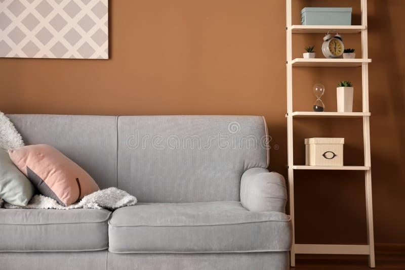 Interior moderno da sala de visitas com o sofá confortável perto da parede da cor fotografia de stock
