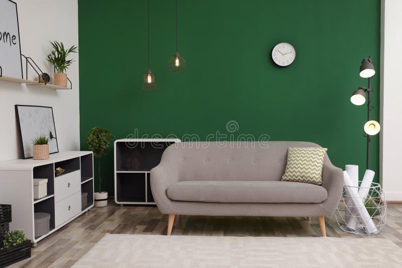 Interior moderno da sala de visitas com sofá Projeto contemporâneo imagem de stock royalty free