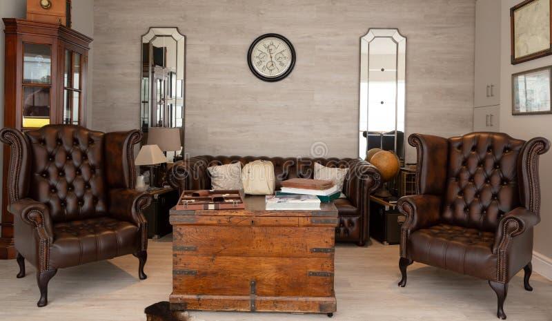 Interior moderno da sala de visitas com sof? fotografia de stock