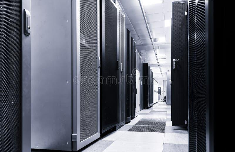 Interior moderno da sala do servidor no datacenter grande para trocar dados do cyber, computação da nuvem e conexão, tonificação  imagens de stock