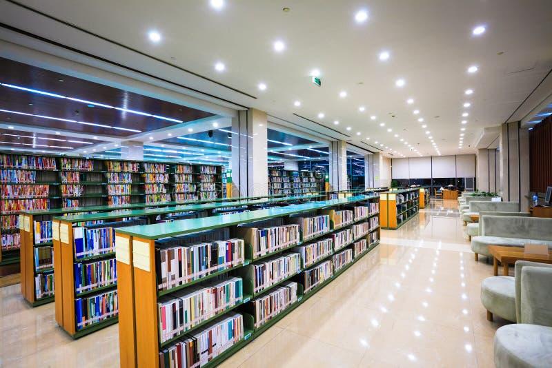 Interior moderno de la biblioteca imagenes de archivo