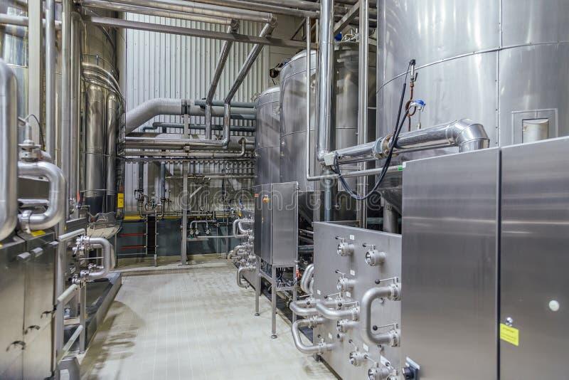 Interior moderno de la cervecería Las cubas de la filtración, la tubería, las válvulas y el otro equipo de la cadena de producció fotos de archivo libres de regalías