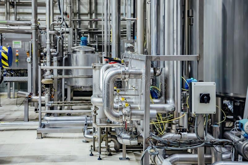 Interior moderno de la cervecería Las tuberías de acero inoxidables industriales conectaron con las cubas y las válvulas de contr imagen de archivo