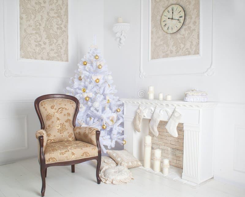 Interior moderno de la chimenea con el árbol de navidad y de presentes en blanco imagen de archivo libre de regalías