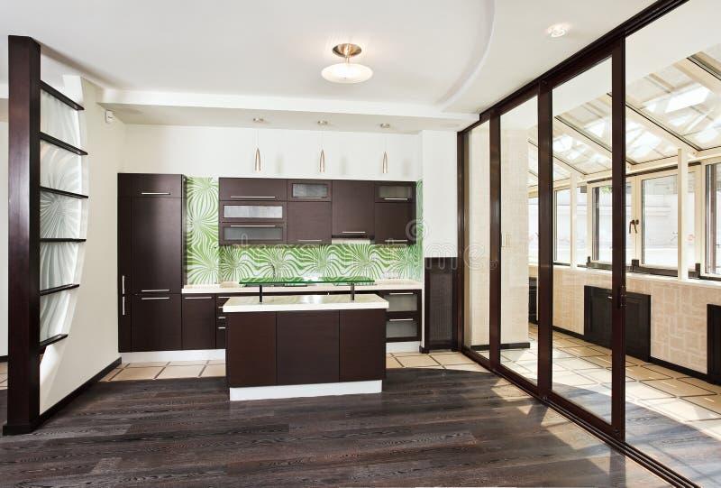 Interior moderno de la cocina con el balcón fotos de archivo