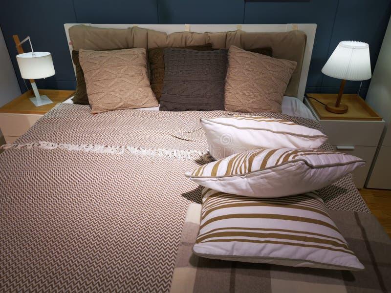Interior moderno de la habitación - cama y almohadas imagen de archivo