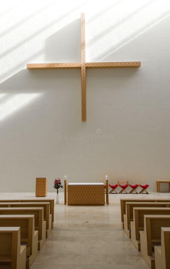 Interior moderno de la iglesia católica del tono de madera lúcido fotografía de archivo