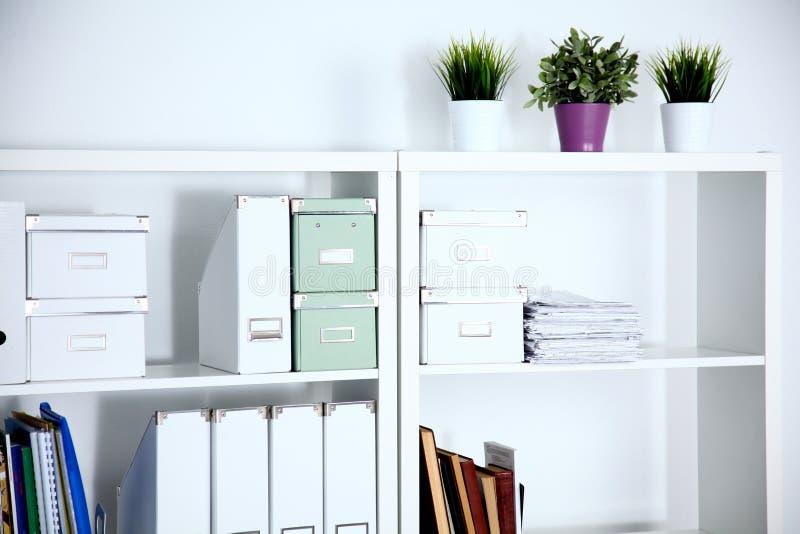 Interior moderno de la oficina con las tablas las sillas for Sillas para oficina office max
