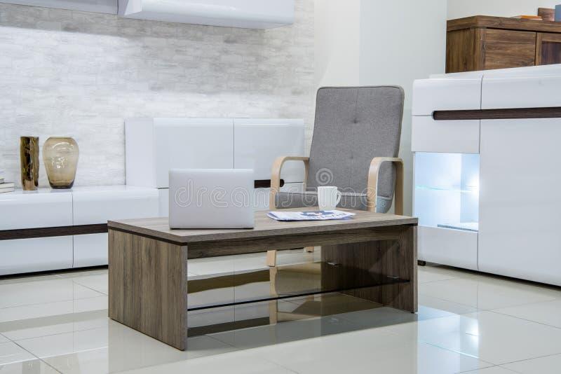 interior moderno de la sala de estar con el ordenador portátil imágenes de archivo libres de regalías