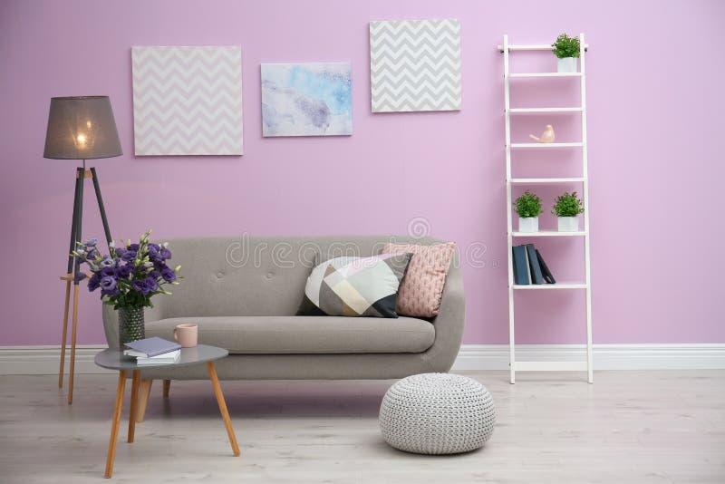 Interior moderno de la sala de estar con el sofá cómodo cerca de la pared del color foto de archivo libre de regalías
