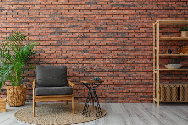 Interior moderno de quarto com planta cinzenta e cerâmica, perto da parede de tijolos fotos de stock royalty free
